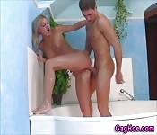 Scopata intensa nella vasca da bagno