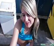Une belle blonde suce dans la rue