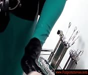 En el ginecólogo con dos enfermeras de latex
