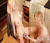 Duas lésbicas transando com brinquedos na mesa