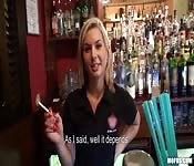 Une serveuse sexy baise pour de l'argent