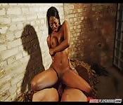 Une fille des rues à la peau d'ébène baise une queue noire