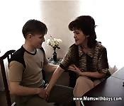 Mulher madura aconselhando um aluno