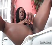 Negra espetacular atende sua buceta