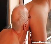 Dieses Luder steht auf ältere Männer