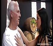 Jonge brunette verleidt een oude man