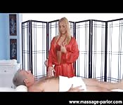 Rubia tetona masajea a un jubilado