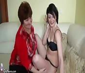 Una jovencita masturba a una abuelita