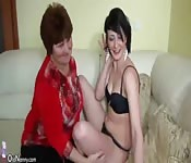 Uma jovem masturba a uma avó
