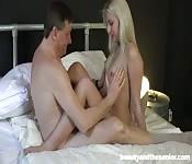 Jonge blondine en een oude man