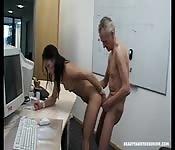 alter mann fickt junge blondine in den arsch.