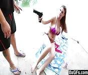 Une fille avec un flingue force un type à la baiser violemment