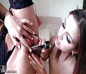Copines lesbiennes qui baisent; avec des godes, la langue, etc