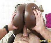 Fantastique fille noire baise un étalon