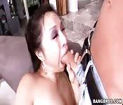 Grosse salope Asiate veut chevaucher une bite bien dure