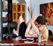 Sexo romántico en la oficina