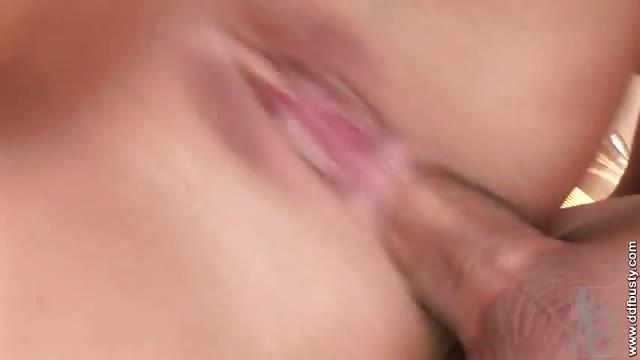 Pntration anale sur une dbutante aux gros seins