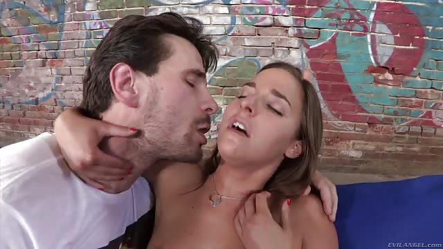 Una buena follada para una dulce adolescente - Pornes